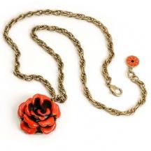 naszyjnik z czerwoną różą